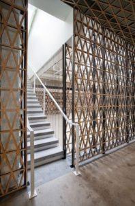 azurowa-sciana-na-klatce-schodowej