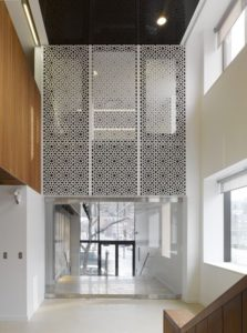 azurowa-sciana-w-mauretanskim-stylu-w-mieszkaniu-Montreal-ACDF